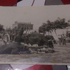 Fotografía antigua: AB-71.- FOTOGRAFIA DE CARROS CON BUEYES EN FERIA, CARGADOS DE GARRAFAS MED- 18,5 X 11, LOCALIDAD..... Lote 145425454