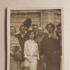Fotografía antigua: RETRATO GRUPO FAMILIAR CON JOVEN CON VESTIDO BLANCO. Lote 147730454