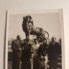 Fotografía antigua: RETRATO GRUPO FAMILIAR JUNTO ESCULTURA LEON. Lote 147751730