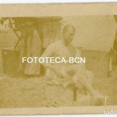 Fotografía antigua: FOTO ORIGINAL LARACHE PROTECTORADO ESPAÑOL MARRUECOS LAVANDOSE LOS PIES POSIBLMENT RECLUTA AÑO 1922. Lote 149497462