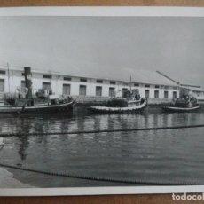 Fotografía antigua: FOTOGRAFIA TRES BARCOS DE PRACTICOS ATRACADOS EN LOS MUELLES DE VALENCIA.. Lote 150141138