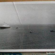 Fotografía antigua: FOTOGRAFIA DE TRASANTLANTICO CON TRES BARCOS DE PRACTICOS A SU AYUDA. CREO QUE ES VALENCIA. Lote 150142422