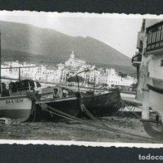Fotografia antica: COSTA BRAVA. CADAQUÉS. SENYORAS EN LAS BARCAS. ANTES DEL BOOM TURÍSTICO-1.7/1953. Lote 150797694
