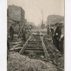Fotografía antigua: BARCELONA, BRIGADAS G. MIRÓ TREPAT, REPARACIÓN DE VIAS DE TRANVÍA, 1905 APROX. 11,5X15 CM.. Lote 151907498