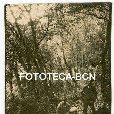 Fotografía antigua: FOTO ORIGINAL EXCURSIONISTAS EN EL BOSQUE CATALUNYA AÑOS 20. Lote 154600654