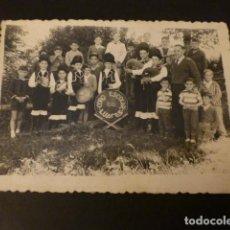 Fotografía antigua: LUACES LUGO GRUPO CORO ESCOLAR GAITEROS FOTOGRAFIA ANTIGUA 7,5 X 10,5 CMTS. Lote 154632746