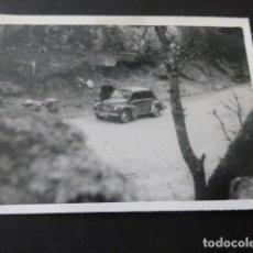 Fotografía antigua: EL ESCORIAL MADRID SILLA DE FELIPE II COCHE MATRICULA SAN SEBASTIAN FOTOGRAFIA ANTIGUA 6 X 8,5 CMTS. Lote 154817514