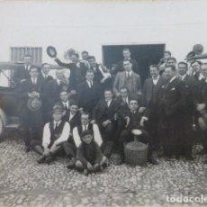 Fotografía antigua: MONTILLA CORDOBA GRUPO DE HOMBRES CON COCHES FOTOGRAFIA HACIA 1920 FAMILIA RAMIREZ 12,5 X 17,5 CMTS. Lote 154983350