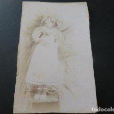 Fotografía antigua: MONTILLA CORDOBA RETRATO DE NIÑA MUERTA FOTOGRAFIA POST MORTEM FAMILIA RAMIREZ HACIA 1900 8 X 13 CMT. Lote 154983786