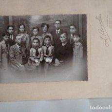 Fotografía antigua: FOTO NIÑOS DE COMUNION CON FAMILIA. Lote 155179226