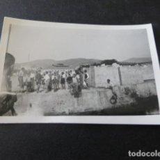 Fotografía antigua: CANGAS DE MORRAZO PONTEVEDRA NIÑOS EN EL PUERTO 1943 ANTIGUA FOTOGRAFIA 4,5 X 6,5 CMTS. Lote 155492006