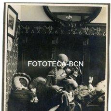 Fotografía antigua: FOTO ORIGINAL MUJER DISFRAZADA NIÑA PAYASO PELUCHE PERROS JUGUETES POSIBLEMENTE BARCELONA AÑOS 20/30. Lote 155785538