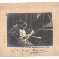 Fotografía antigua: PAREJA DE NIÑOS MÚSICOS CON PIANO Y VIOLÍN, FOTO: MIQUEL RENOM, BARCELONA. DEDICADA. AÑO 1915. Lote 156304482
