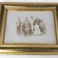 Fotografía antigua: FAMILIA S. XIX CIRCA 1880. PRESTIGIOSO FOTÓGRAFO V. NOVILLO CON MARCO DE METAL DEL SIGLO XX. Lote 157239730