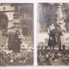 Fotografía antigua: 2 ANTIGUAS POSTALES FOTOGRÁFICAS / FOTOGRAFÍAS - PAREJAS CON PALOMAS EN LA PLAZA SAN MARCOS, VENECIA. Lote 161652314