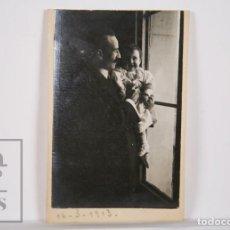 Fotografía antigua: ANTIGUA FOTOGRAFÍA - RETRATO DE HOMBRE CON BEBÉ / NIÑA - AÑO 1913. Lote 164669834