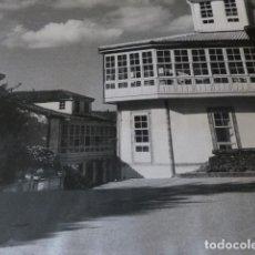 Fotografía antigua: PUENTEDEUME LA CORUÑA UNA PLAZUELA FOTOGRAFIA 23 X 30 CMTS AÑOS 40. Lote 165023458