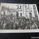 Fotografía antigua: PUEBLA DE CARAMIÑAL LA CORUÑA FOTOGRAFIA AÑOS 40 PROCESION SEMANA SANTA 6,5 X 9 CMTS. Lote 165168126