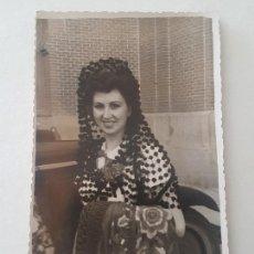 Fotografía antigua: MADRID MUJER VESTIDA DE GOYESCA CON MANTON, AÑOS 50. Lote 165552078