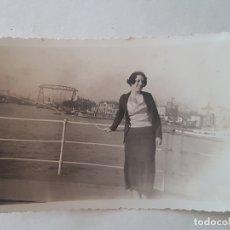 Fotografía antigua: RETRATO MUJER FRENTE AL PUERTO BUENOS AIRES AÑOS 30. Lote 165667642