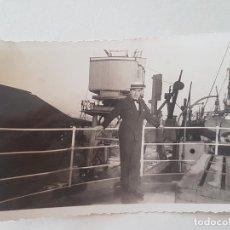 Fotografía antigua: RETRATO HOMBRE PUERTO DE BUENOS AIRES BARCO A VAPOR AÑOS 30. Lote 165668458