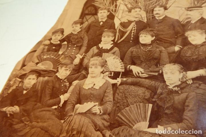 Fotografía antigua: Interesante fotografía de grupo con trajes de época. Militares al fondo. Siglo XIX. - Foto 2 - 167493172