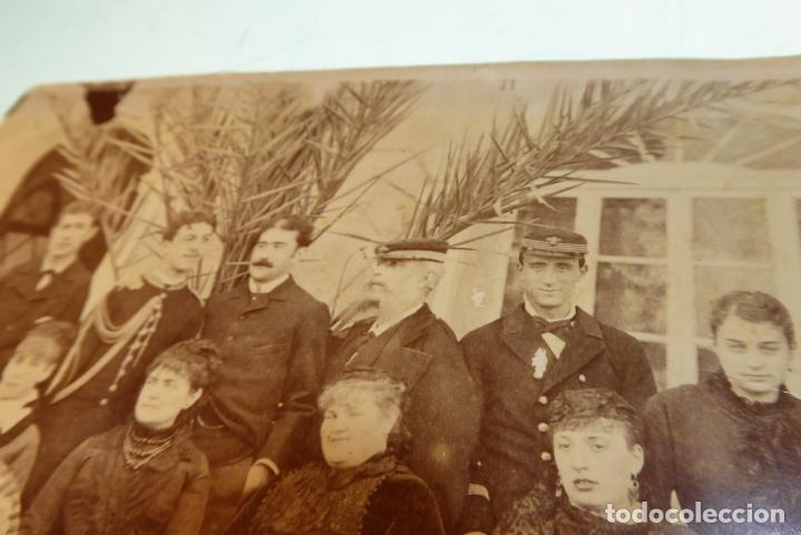 Fotografía antigua: Interesante fotografía de grupo con trajes de época. Militares al fondo. Siglo XIX. - Foto 3 - 167493172