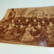 Fotografía antigua: INTERESANTE FOTOGRAFÍA DE GRUPO CON TRAJES DE ÉPOCA. MILITARES AL FONDO. SIGLO XIX.. Lote 167493172