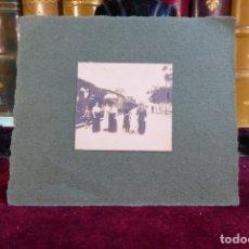 Fotografía antigua: PEQUEÑA FOTOGRAFÍA DE MUJERES JUNTO AL TREN. POSIBLEMENTE CARTAGENA. SIGLO XIX-XX.. Lote 167564936