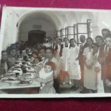Fotografía antigua: POSTGUERRA. COMIDA DE ANCIANOS DE LA BENEFICENCIA. 1944. Lote 169420560