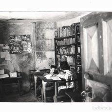Fotografía antigua: ZAGAL DE ÁVILA, CON EL MAESTRA, AÑO 1965. 20,5X30 CM. . Lote 169490008