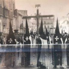 Fotografía antigua: SEMANA SANTA SEVILLA. CRUZ DE GUÍA Y CUERPO DE NAZARENOS DE LA HERMANDAD DEL CACHORRO. TRIANA.. Lote 169825581