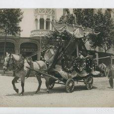 Fotografía antigua: BARCELONA - CARNAVAL 1930. CARROZA CON CABALLO. FOTO 18X24 CM. . Lote 170006456