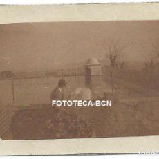 Fotografía antigua: FOTO ORIGINAL BARCELONA FONT DEL LLEÓ CISNES EN ESTANQUE AÑOS 20/30. Lote 170569036