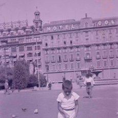 Fotografía antigua: BARCELONA. PLAÇADE CATALUNYA.NIÑO I PALOMAS. HOTEL COLON. C.1933. Lote 176609414