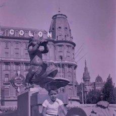 Fotografía antigua: BARCELONA. LA PLAZA DE CATALUNYA. NIÑO, ESCULTURA Y HOTEL COLON. C.1930. Lote 176609603