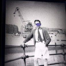 Fotografía antigua: ANTIGUO CLICHÉ O NEGATIVO DE FOTOGRAFÍA.JUNTO A UNA GRÚA.CERCANÍAS BILBAO.VIZCAYA.AÑOS 40. Lote 176866935