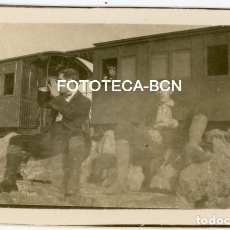 Fotografía antigua: FOTO ORIGINAL TREN UNA PARADA EN EL VIAJE VAGON FERROCARRIL POSIBLEMENTE CATALUNYA AÑOS 20. Lote 177136750