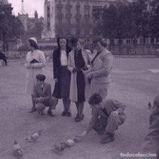 Fotografía antigua: BARCELONA. PLAZA DE CATALUÑA. SEÑORAS Y NIÑOS CON PALOMAS. C. 1945. Lote 179017946