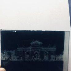 Fotografía antigua: FOTOGRAFIA NEGATIVO VIDRIO MADRID PUERTA DE ALCALA PXIX PP S XX SEÑORAS PASEANDO CON SPMBRILLA. Lote 180024248