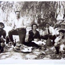 Fotografía antigua: F-4490. MERIENDA CAMPESTRE. FOTO GRUPO FAMILIAR. AÑOS CUARENTA.. Lote 183316325