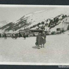 Fotografia antiga: ANDORRA. NIEVE. PAISAJE Y SEÑORAS. C. 1960. Lote 184047801