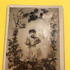 Fotografía antigua: ANTIGUA FOTO NIÑO MILITAR BASTON GORRA FAJIN CORONA DE FLORES FOTO SOBRE CARTON AÑOS 20. Lote 185951650