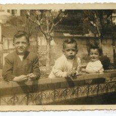 Fotografía antigua: SANTANDER, RETRATO DE NIÑOS EN UN BANCO DEL PASEO REINA VICTORIA, CIRCA 1950, 13,5X8,5 CM.. Lote 186472711
