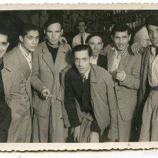 Fotografía antigua: SANTANDER, PARROQUIANOS DE UN BAR, 1948, FOTO ORTEGA, 13,5X8,5 CM.. Lote 186473231