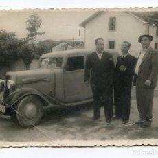 Fotografía antigua: SANTANDER, TRES CABALLEROS Y UNA CAMIONETA, CIRCA 1950, FOTO ORTEGA, 11X8 CM.. Lote 186488648
