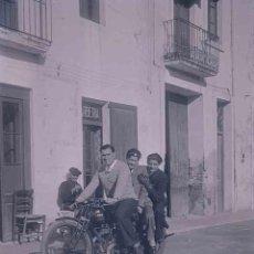 Fotografía antigua: MONTSENY. GUALBA. TRES CHICOS EN UNA MOTOCICLETA. BARBERIA. C.1930. Lote 188431297
