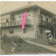 Fotografía antigua: UNA CASONA EN EL VALLE DE IGUÑA. CANTABRIA. DÉCADA DE 1910.. Lote 188502577