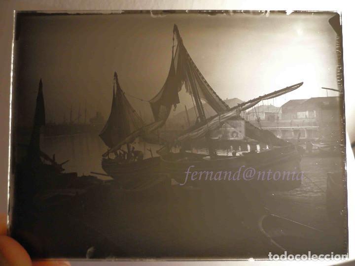 Fotografía antigua: Barcas de pesca levantinas. ¿Puerto de Barcelona? Positivo en Cristal 9x12 cm - Foto 2 - 188578443