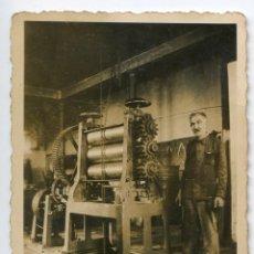 Fotografía antigua: OPERARIO EN TALLER CON RODILLOS DE PRENSA MECÁNICA, SIN IDENTIFICAR, . Lote 188604800